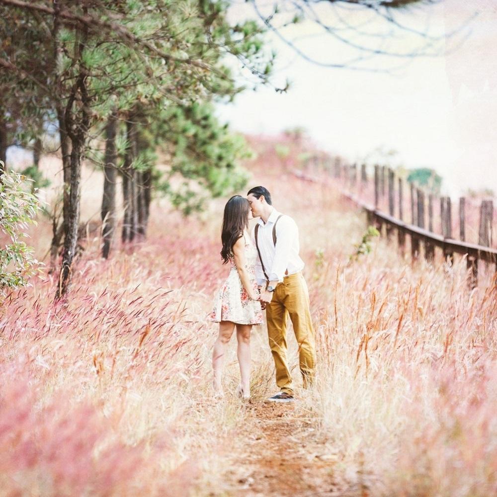 glückliches Ehepaar küsst sich in der Natur - schamanische Hochzeit