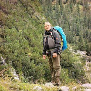 Gregor Edel beim Wandern in der Natur